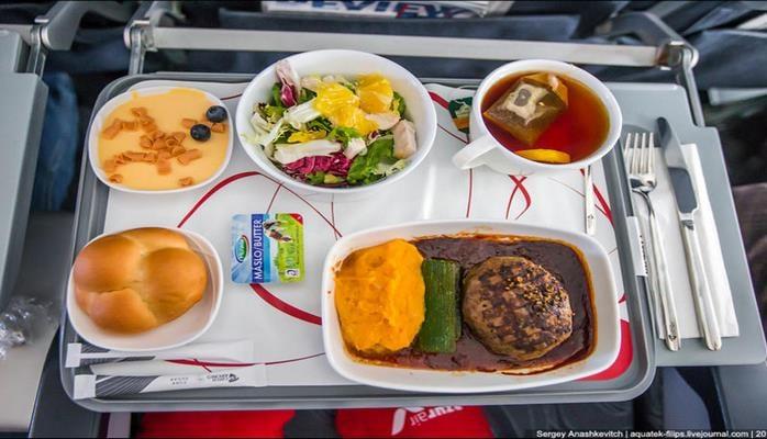Почему нельзя отказываться от еды в самолете?