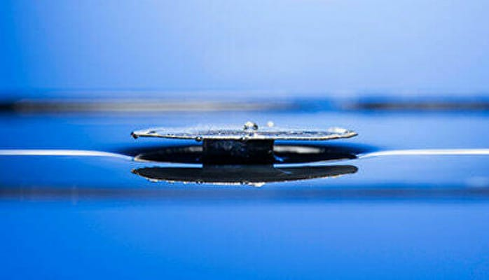 Ученые создали непотопляемый металл - Вода
