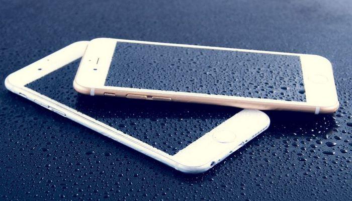 Как спасти смартфон, если он упал в воду: советы эксперта