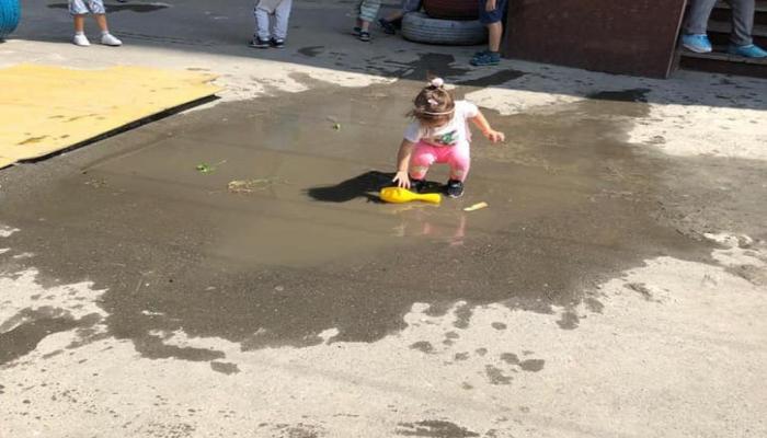 Bakıda özəl bağçada uşaq çirkli suyun içində oynayır