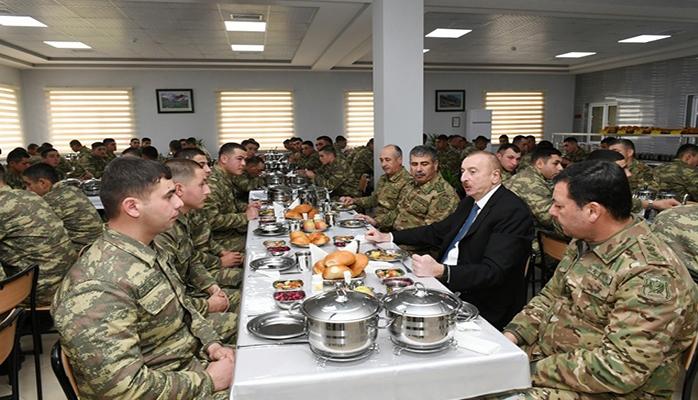 Prezident əsgərlərlə yemək masasında