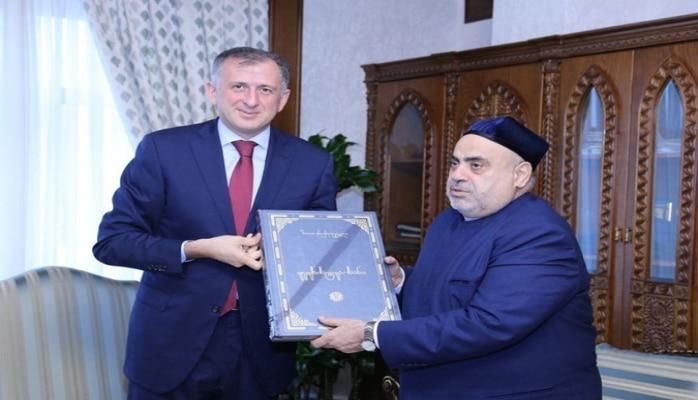 Gürcüstan prezidentinin hədiyyəsi Allahşükür Paşazadəyə təqdim olunub