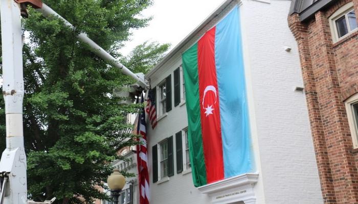 В исторической части Джорджтауна в США вывесили флаг Азербайджана