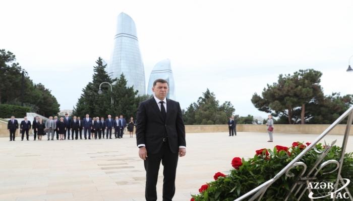 Qubernator Heydər Əliyevin məzarını ziyarət edib