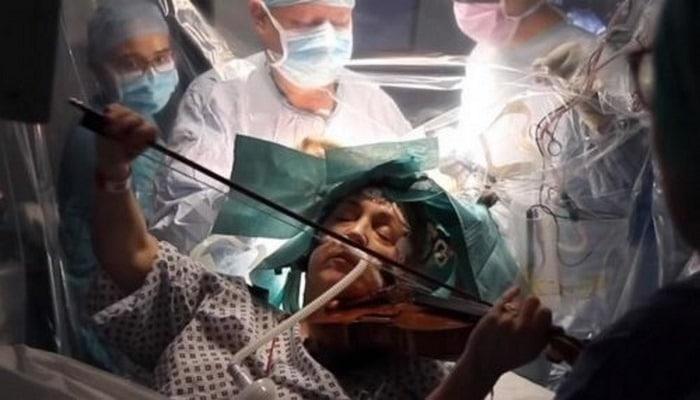 Пациентка играла на скрипке во время удаления опухоли в её мозге