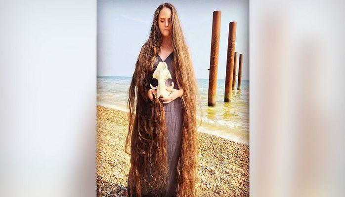 """Britaniyalı """"su pərisi"""" 20 ildir saçlarını yumur"""