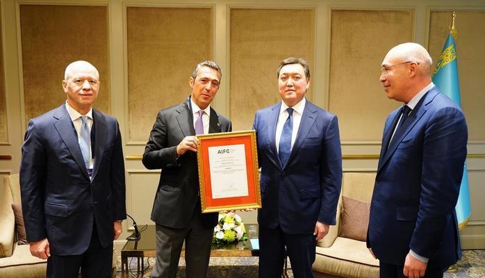 Премьер-министр Республики Казахстан Аскар Мамин представил свидетельство о регистрации компании «Otokar Central Asia» (Отокар Центральная Азия) господину Али Й. Кочу.
