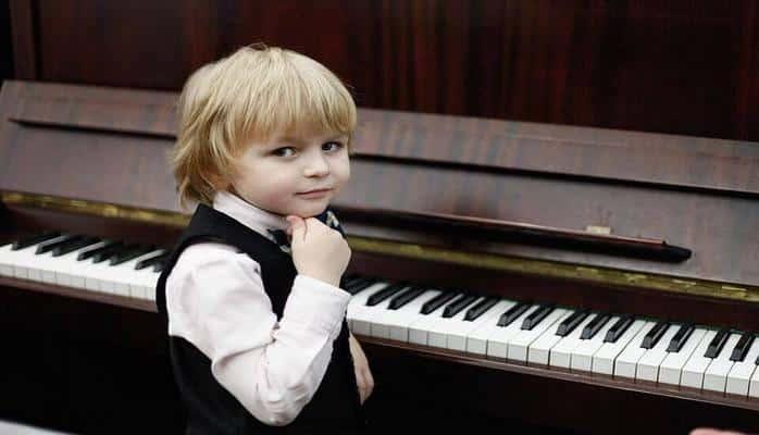 6 Yaşındaki Piyanist Elisey Mysin Yeteneğiyle Büyülüyor