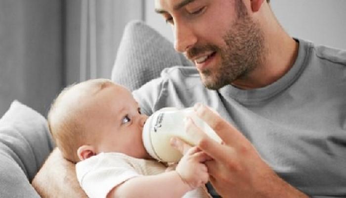 Кормление малыша из бутылочки определит, станет он левшой, или нет