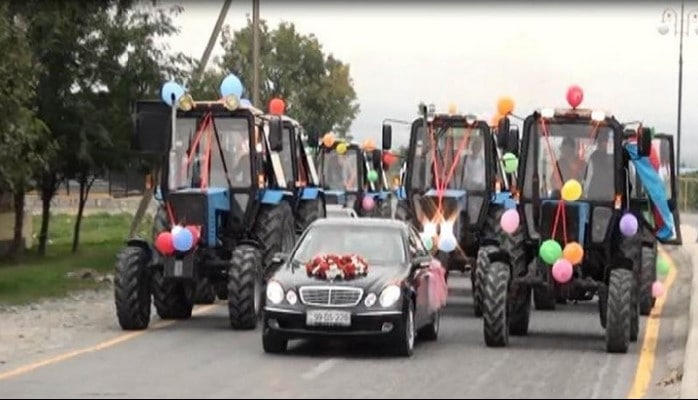 Azərbaycanda gəlin şadlıq sarayına traktorların müşayəti ilə gətirildi