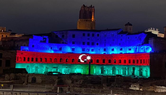 Монументальный комплекс Mercati di Traiano Древнего Рима освещен цветами флага Азербайджана