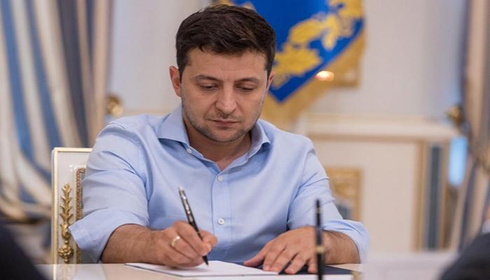 Zelenski deputatların toxunulmazlığı barədə qanunu imzaladı