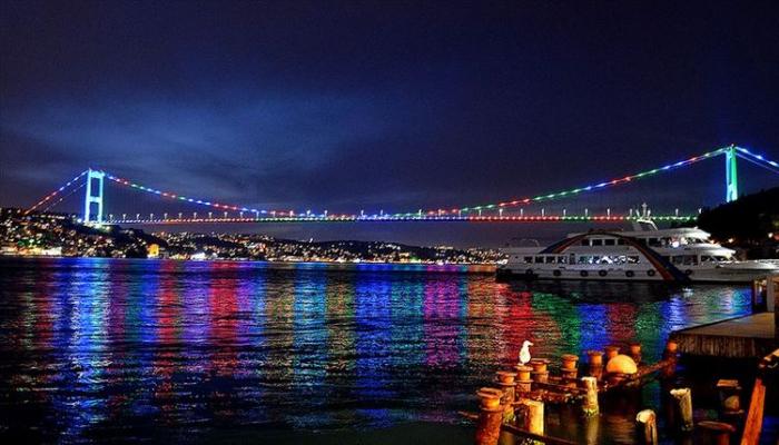 İstanbulun 3 körpüsü Azərbaycan Bayrağının rənglərinə uyğun işıqlandırılıb