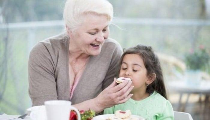 Дети, воспитанные бабушками и дедушками, могут страдать избыточным весом