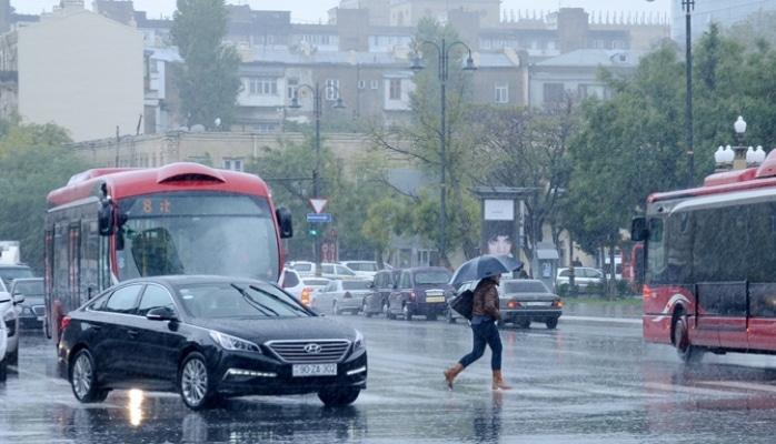 Sərnişin avtobusunun yağışlı yolda sürəti...