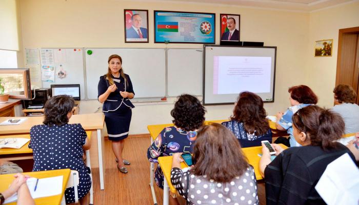 В Азербайджане с 1 июня начинается прием документов для смены мест работы учителей