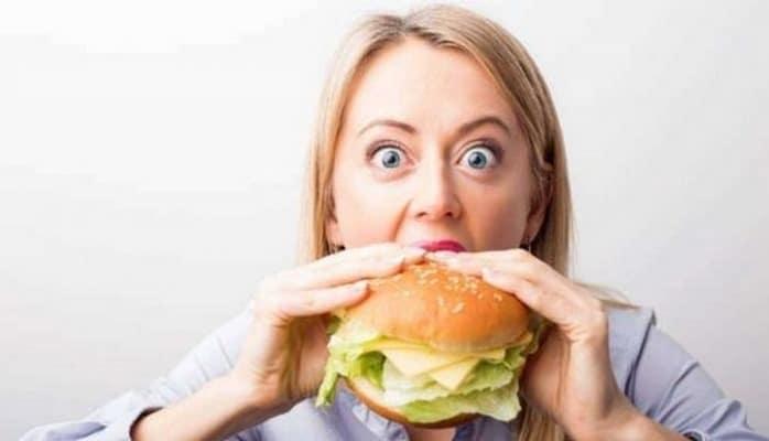 Эксперты установили, как недосып влияет на переедание.