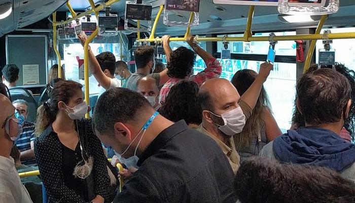 İstanbul'da metrobüste yine aynı manzara! Sosyal mesafesiz yolculuk..