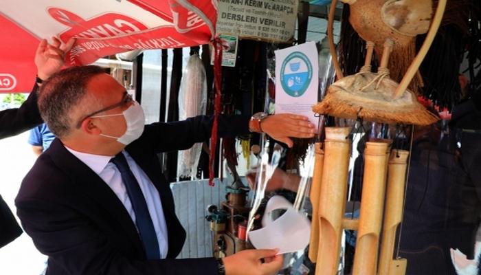 Rize'de Kovid-19 kurallarına uyan ayakkabı boyacısı ödüllendirildi