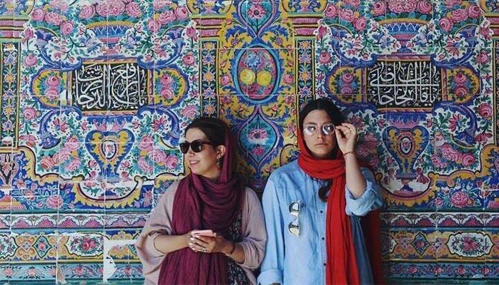 İran qadınları xalça fonunda